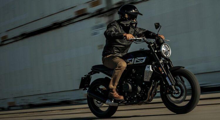 Vinci gratis una moto Brixton Crossfire completa di casco e magliette brandizzate